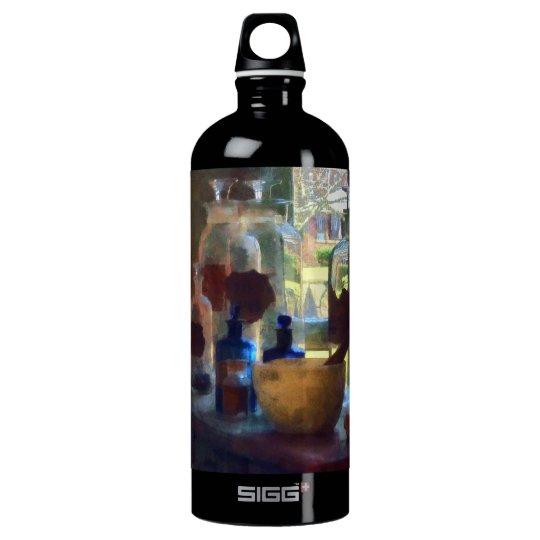 Mortero, maja y botellas por la ventana