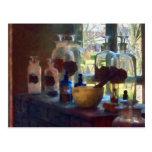 Mortero, maja y botellas por la ventana postal