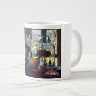 Mortero, maja y botellas por la ventana taza de café grande