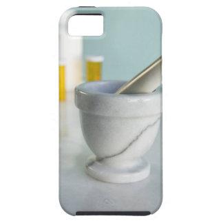 Mortero y maja, botellas de píldora en fondo iPhone 5 coberturas