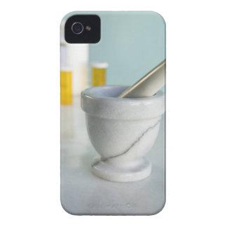 Mortero y maja, botellas de píldora en fondo iPhone 4 protectores