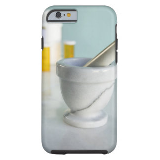 Mortero y maja, botellas de píldora en fondo funda resistente iPhone 6