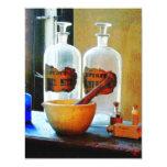 Mortero y maja con las botellas invitación 10,8 x 13,9 cm
