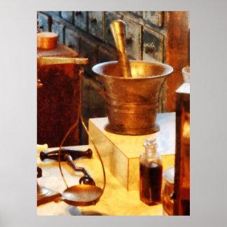 Mortero y maja de cobre amarillo póster