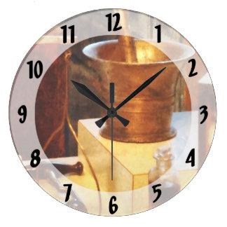 Mortero y maja de cobre amarillo relojes de pared
