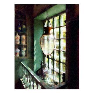 Mortero y maja de cristal en Windowsill Postal