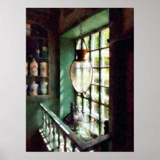 Mortero y maja de cristal en Windowsill Póster