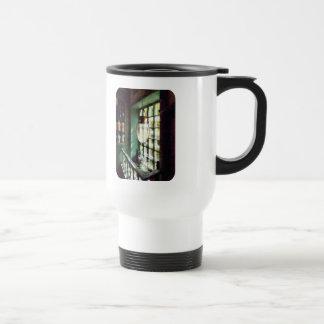 Mortero y maja de cristal en Windowsill Taza De Viaje