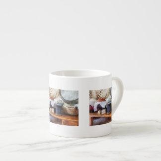 Mortero y maja en cocina taza de espresso