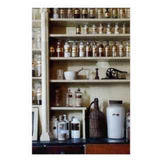 Mortero y maja y botellas en estantes perfect poster