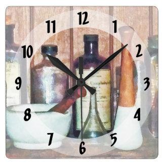 Mortero y maja y maja reloj cuadrado