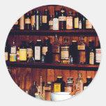 Mortero y majas y botellas de la medicina pegatina redonda