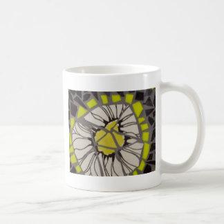Mosaico negro y amarillo de la flor taza de café