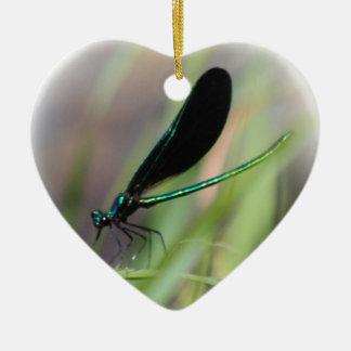 Mosca de la damisela adorno navideño de cerámica en forma de corazón