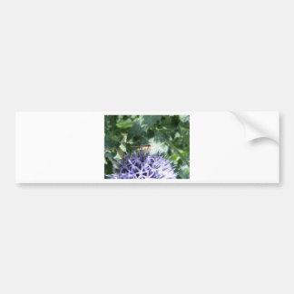 Mosca de la libración en una flor púrpura pegatina para auto