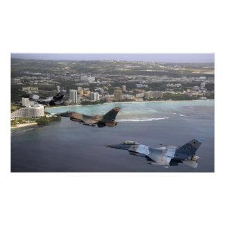 Mosca de los Falcons que lucha tres F-16 en la Cojinete