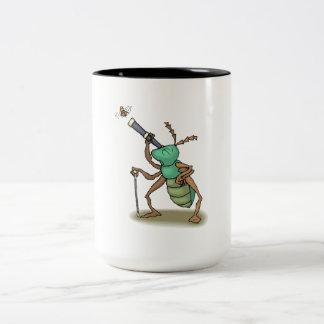 Mosca de observación del insecto tazas de café
