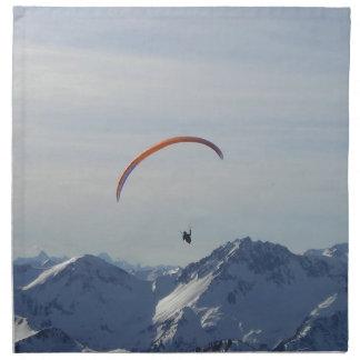 mosca del paragliding de las montañas a la liberta servilletas