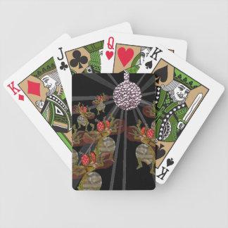 Moscas del vinagre que bailan debajo de la bola de barajas de cartas