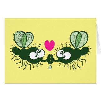 Moscas feas que se besan y que caen en amor tarjeta de felicitación