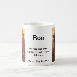 Moses apoyó por Aaron y Hur Taza De Café
