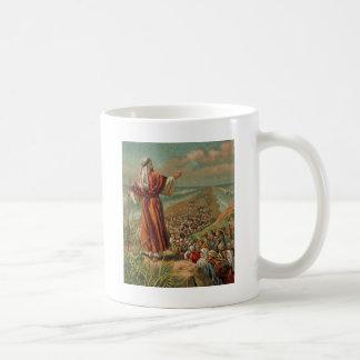 Moses parte el Mar Rojo Taza Básica Blanca