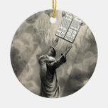 Moses recibe el ornamento de la ley adorno navideño redondo de cerámica