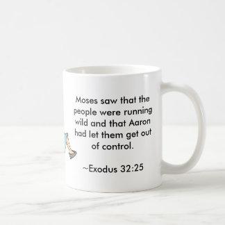 Moses vio que la gente era funcionamiento salvaje taza básica blanca