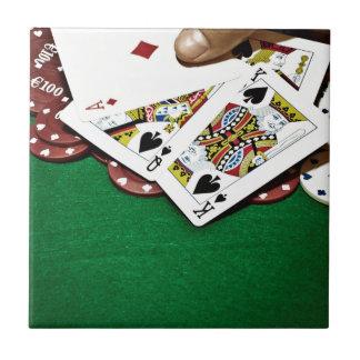 Mostrando a tarjetas el póker de la tabla verde azulejos