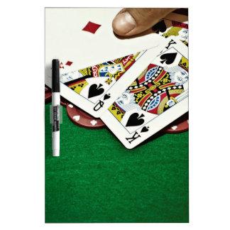 Mostrando a tarjetas el póker de la tabla verde tableros blancos