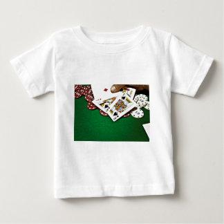 Mostrando a tarjetas el póker de la tabla verde playera de bebé