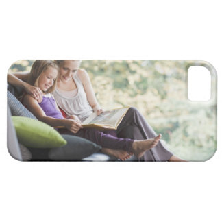 Mother and daughter reading storybook iPhone SE/5/5s case