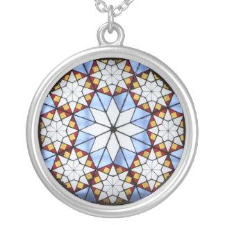 Motivo geométrico collar plateado
