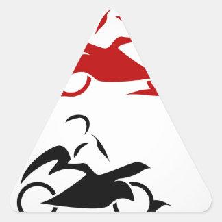 Moto con un casco que lleva de la persona pegatina triangular