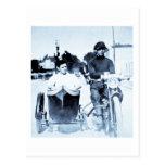 Motocicleta del vintage y coche lateral tarjeta postal