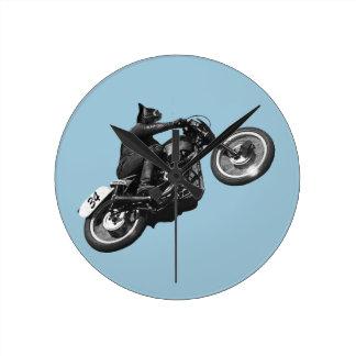 motocicleta divertida del vintage del gato reloj redondo mediano