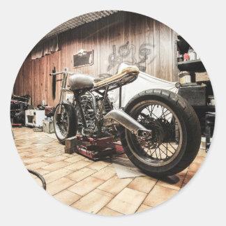 Motocicleta en el garaje solo pegatina redonda