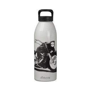 Motocicleta negra de Harley Botallas De Agua