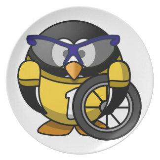 Motocicleta que compite con a niños del pingüino platos de comidas