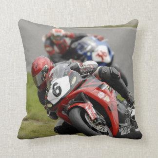 Motocicleta que compite con la almohada