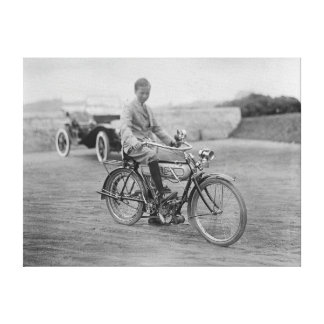 Motocicleta vieja con la linterna de la linterna lona estirada galerías