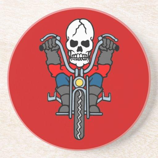 Motocicleta y cráneo posavaso para bebida