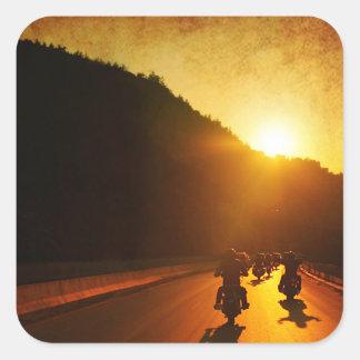 Motocicletas en la puesta del sol calcomanías cuadradas personalizadas