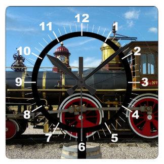 Motor viejo del tren reloj cuadrado