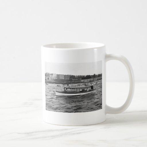 Motorboating en el río Hudson, 1910 Taza De Café