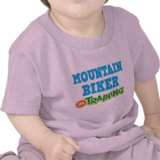 Motorista de la montaña en el entrenamiento (futur camisetas