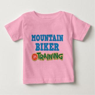 Motorista de la montaña en el entrenamiento camisetas
