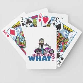 Motorista de la mujer barajas de cartas