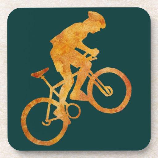 Motorista de oro de la montaña posavasos