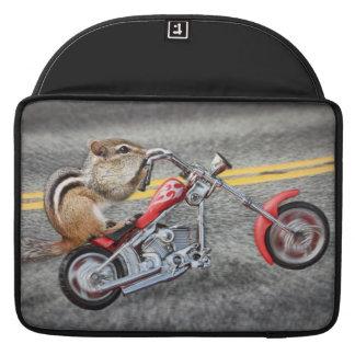 Motorista del Chipmunk que monta una motocicleta Funda Para Macbooks